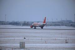 Аэробус A319 OE-LKN EasyJet делая такси в авиапорте Мюнхена, MUC, снеге Стоковое Изображение