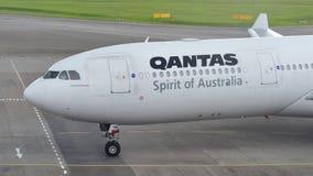 Аэробус 330 Qantas ездя на такси к стробу на авиапорте Changi Стоковые Изображения RF