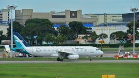 Аэробус A320 Silkair ездя на такси на авиапорте Changi Стоковое Изображение RF