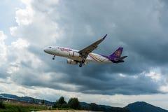 Аэробус A320 Thai Airways приземляется на авиапорт Пхукета, фотоснимок от контрольно-пропускного пункта Таиланда Стоковая Фотография