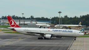 Аэробус A330 Turkish Airlines ездя на такси на авиапорте Changi Стоковые Изображения