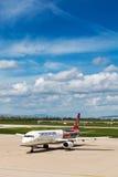 Аэробус Turkish Airlines на гудронированном шоссе авиапорта Загреба Стоковые Фото