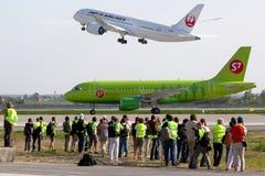 Аэробус A319 VP-BHQ авиакомпаний S7 ездя на такси на international Domodedovo Стоковые Изображения