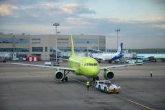 Аэробус A319 VP-BTV воздушных судн отбуксировки, ` ` S7 авиакомпании на взлётно-посадочная дорожка стоянка автомобилей domodedovo Стоковое Изображение