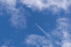 Аэроплан голубых небес в облаках стоковое изображение rf