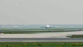 Аэроплан ездя на такси в авиапорте Франкфурта, FRA