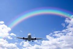 аэроплан заволакивает радуга Стоковая Фотография
