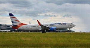Аэропорт Прага Ruzyne, принимает Боинг 737 стоковые изображения