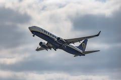 Аэропорт Прага Ruzyne, принимает Боинг 737-800 стоковые изображения