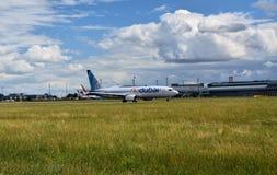 Аэропорт Прага Ruzyne, принимает муху Дубай Боинга 737 стоковое фото