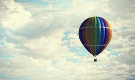 Аэростат плавая в небо дня Мультимедиа Стоковые Изображения RF
