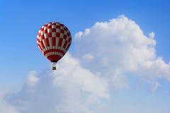 Аэростат плавая в небо дня Мультимедиа Мультимедиа Стоковые Изображения