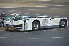 Аэродром перевозит крупный план на грузовиках Goldhofer Стоковые Фотографии RF