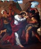 дают 2-ому крестному пути, Иисус его крест Стоковая Фотография