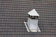 ая черепицей крыша металла печной трубы Стоковое Изображение