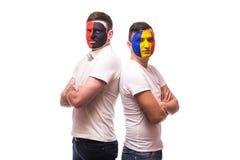 Албания против Румынии Футбольные болельщики национальных команд перед спичкой на белой предпосылке Стоковое фото RF