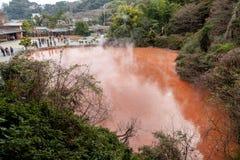 Ад бассейна крови Chinoike-Jigoku одно из путешествия горячего источника 8 Beppu Стоковая Фотография RF