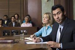 Адвокат защиты с клиентом в суде стоковое изображение