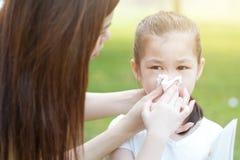 аллергически дуя девушка меньший нос стоковая фотография rf