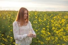 Аллергия цветня, девушка чихая в поле рапса цветков Стоковая Фотография