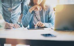 Администраторов по сбыту работая современная просторная квартира Женщина показывая таблетку цифров обзора состояния рынка Запуск  Стоковые Изображения