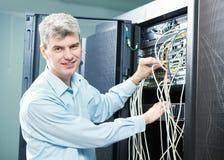 Администратор инженера сети в комнате сервера Стоковое Изображение RF
