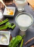 Алоэ vera питья и мед Стоковые Изображения RF