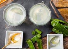 Алоэ vera питья и мед Стоковое фото RF