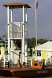 Адриатический пляж в лете с башней и спасательной лодкой личной охраны Стоковое Изображение RF