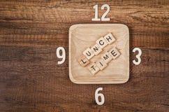 Алфавит времени обеда деревянный с номером часов Стоковые Изображения RF