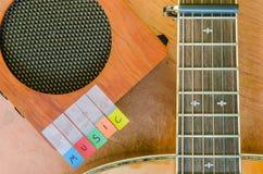 Алфавит музыки с акустической гитарой стоковые изображения