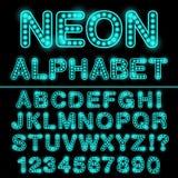 Алфавит неонового света в cyan цвете Накаляя шрифт для дизайна неоновый ny янки стадиона знака иллюстрация вектора