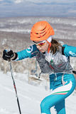 Альпинизм лыжи, вертикальная гонка: подъем альпиниста лыжи девушки на лыжах на горе Стоковое Изображение RF