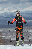 Альпинизм лыжи, вертикальная гонка: подъем альпиниста лыжи девушки на лыжах на горе Стоковое Изображение