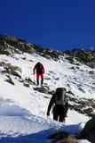 2 альпиниста восходя на пик Peleaga, в горах Retezat, Румыния Стоковые Изображения RF