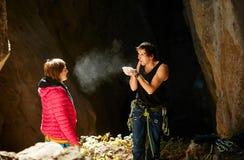 2 альпиниста в пещере Стоковое Изображение RF