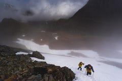 2 альпиниста в подъеме гор Стоковая Фотография RF