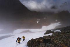 2 альпиниста в подъеме гор Стоковые Фото