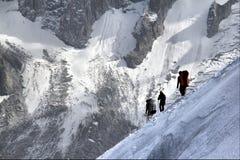 3 альпиниста идя через горную цепь Монблана высокую Стоковое Изображение