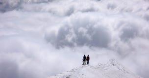2 альпиниста на, который подвергли действию гребне в швейцарских Альпах Стоковые Фотографии RF