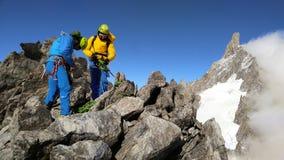 2 альпиниста на траверзе гребня ` s Marbree, в Mt Мамы Blanc Стоковые Фотографии RF