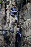 Альпинисты взбираясь на стене, Sokoliki, Польше стоковое изображение