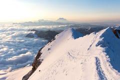 Альпинисты взбираясь пики гор гребня заволакивают Huayna Potosi Стоковые Изображения RF