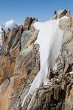 Альпинисты восходя к Aiguille du Midi Стоковые Изображения