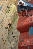 Альпинисты в действии, почти достигая верхнюю часть Стоковое Изображение RF