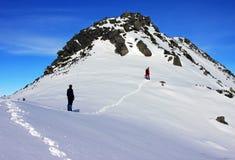 Альпинисты идя вверх гора в горах Retezat, Румыния Стоковое фото RF