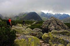 Альпинисты идя вверх гора в горе Tatra Стоковая Фотография RF