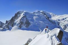 Альпинисты к Aiguille du Midi Стоковое Фото