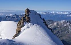 Альпинисты на пике Corno Nero, Monte Розе, Альпах, Италии Стоковые Фотографии RF