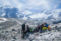Альпинисты на саммите горы стоковые фотографии rf